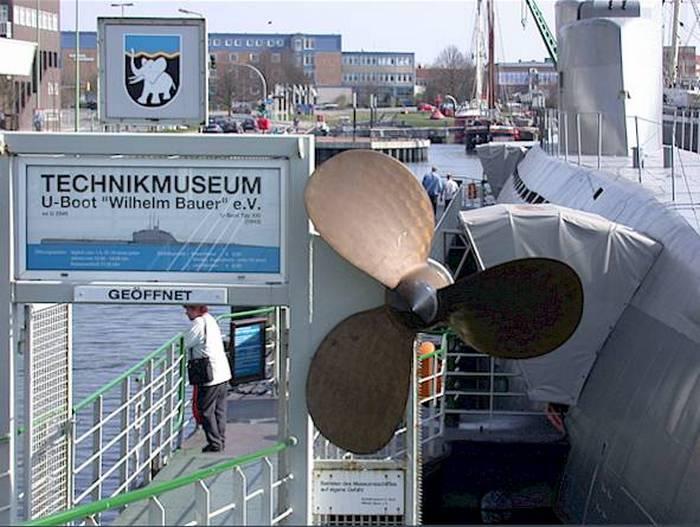 Вход в музей украшен двумя гребными винтами, один из которых показан на фото