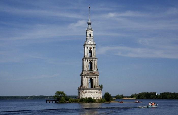 Затопленная колокольня Николо-Жабенского монастыря.