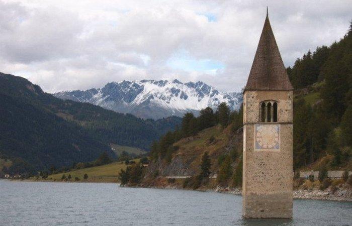 Затопленная церковь озера Решен.