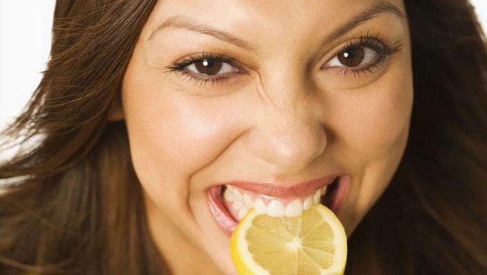 Кусок лимона поможет при мигрени.