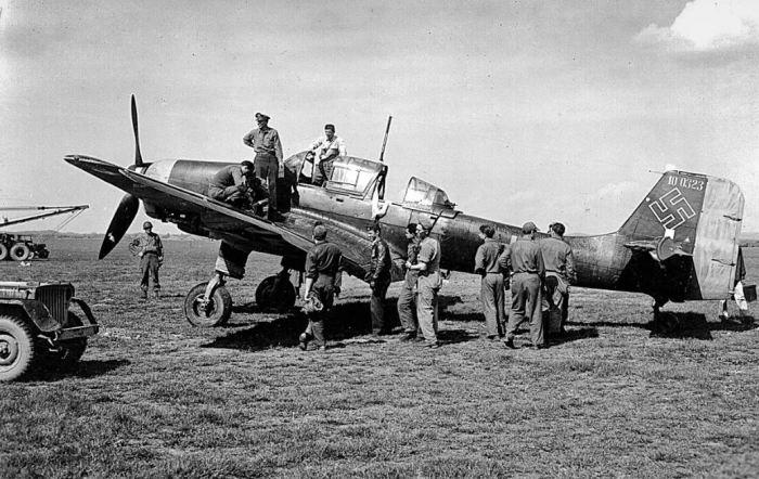 Трофейный Ю-87 в руках Союзников. |Фото: waralbum.ru.