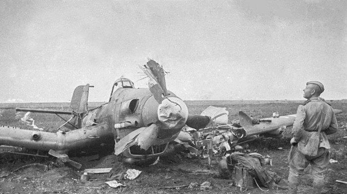 Советский солдат осматривает сбитый Ю-87. ¦Фото: imgur.com.