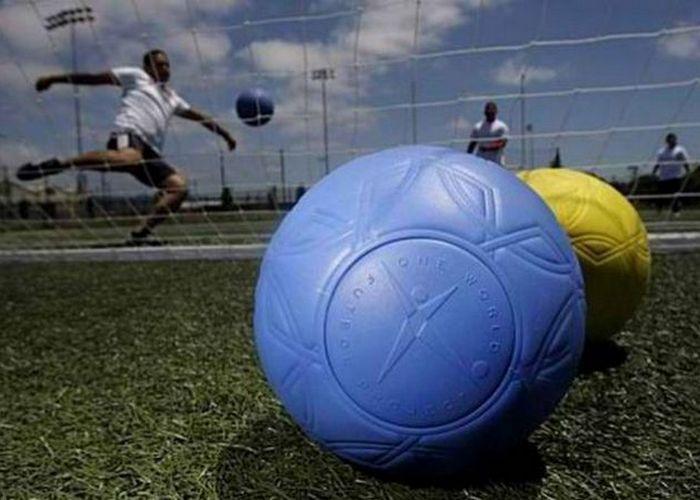 Крепкая вещь: футбольный мяч из уникальной пены.