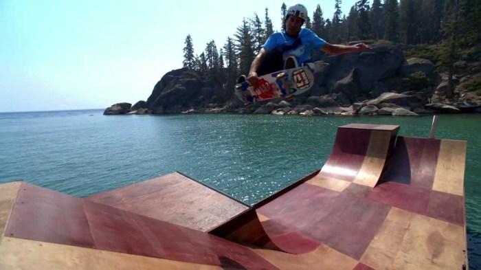 Плавучая деревянная рампа для скейтборда.