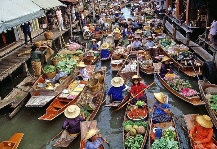 Плавучий рынок в Индонезии.
