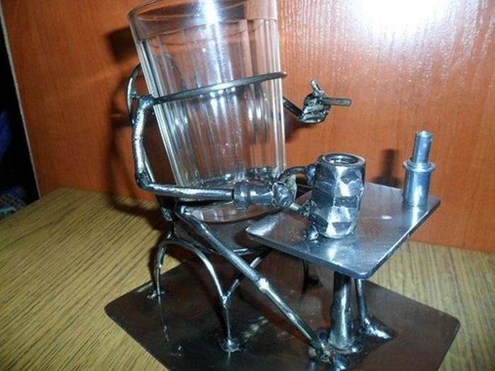 Граненый стакан с оригинальным подстаканником.