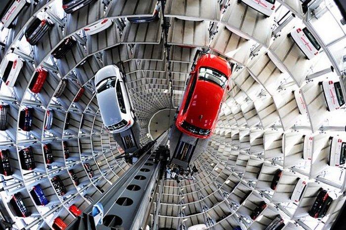 Парковка Wolfsburg's Volkswagen Autostadt.