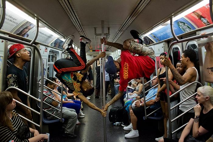 Шоу в метро.