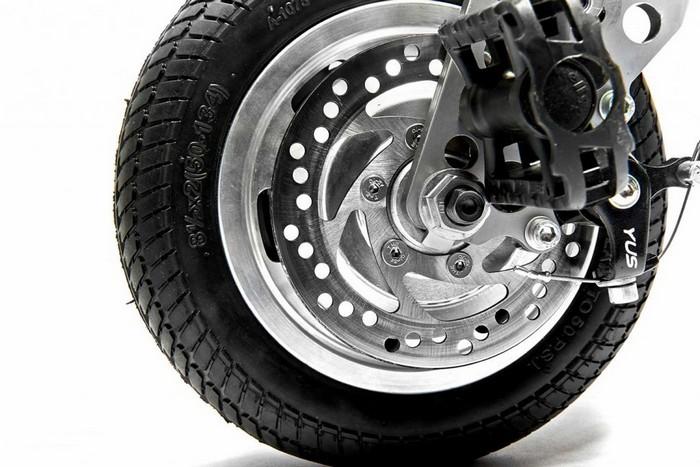Переднее колесо с тормозным механизмом.