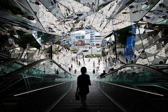 Калейдоскопический вход в Tokyu Plaza Omotesando.