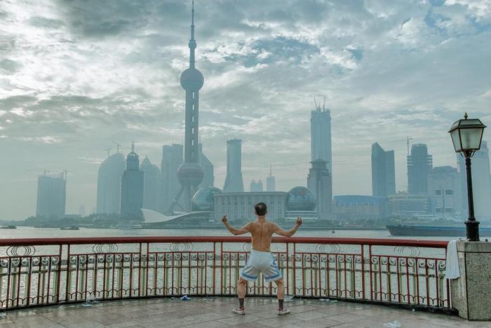 Традиционная тренировка на исторической набережной Бунд в Шанхае.