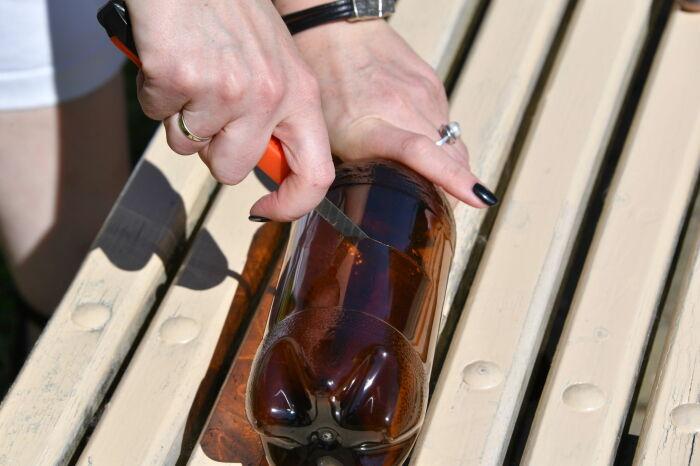 Нужно разрезать бутылку на две части. |Фото: sputnik.by.