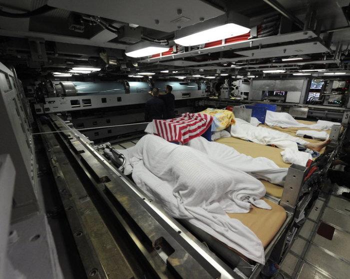 Некоторые моряки спят прямо в торпедном отсеке.