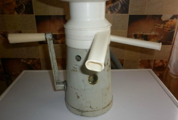 Заливаем в сепоратор молоко, получаем сливки.