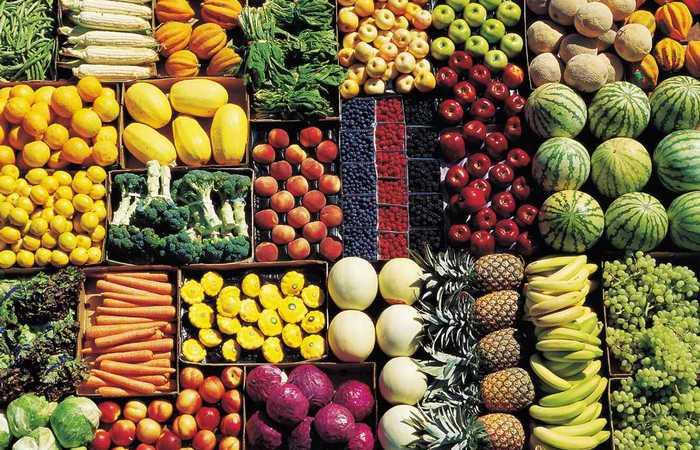 Овощи и фрукты радуют глаз.