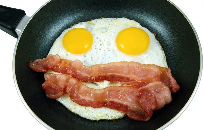 Бекон с яйцами.