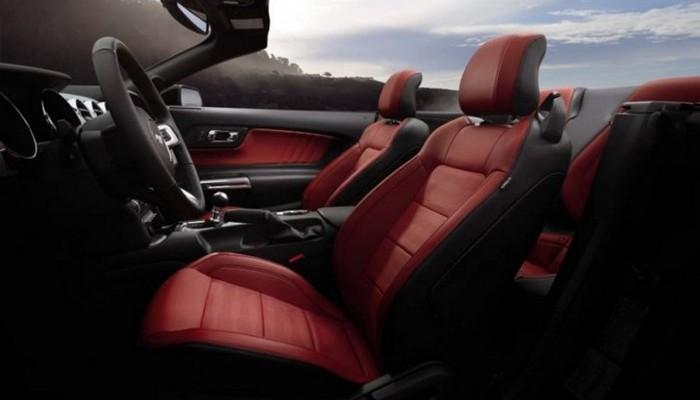 Автомобиль Ford Mustang.