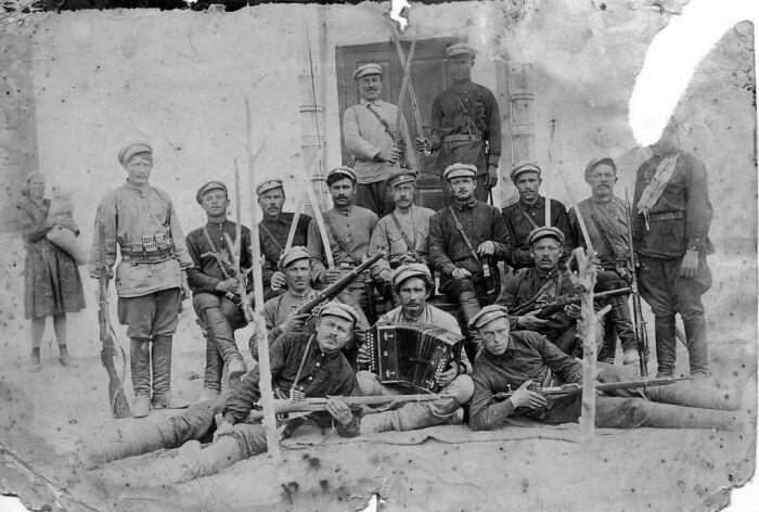 Оружия на руках у людей в Гражданскую войну было столько, что сколотить свой отряд или банду не составляло особого труда. |Фото: forum.ww2.ru.