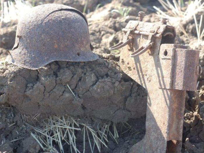 Рядом были найдены останки бойца.