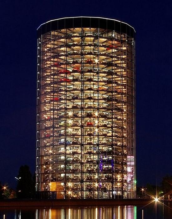 Вертикальная автомобильная башня в «Autostadt».