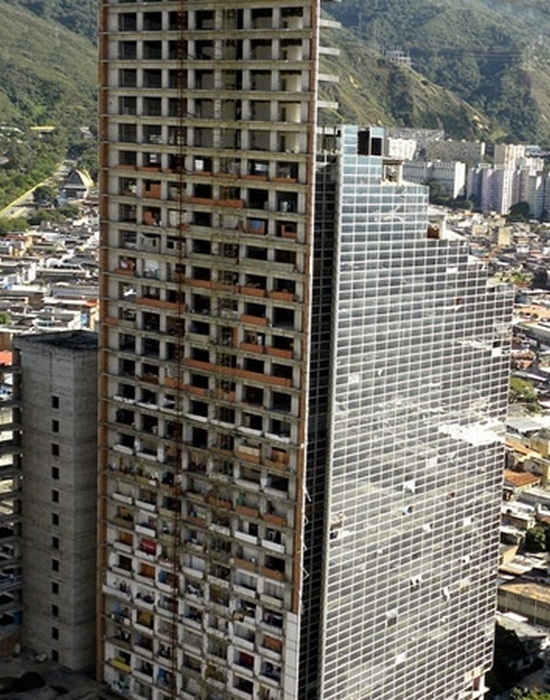 Вертикальные трущобы Tower of David в Каракасе.