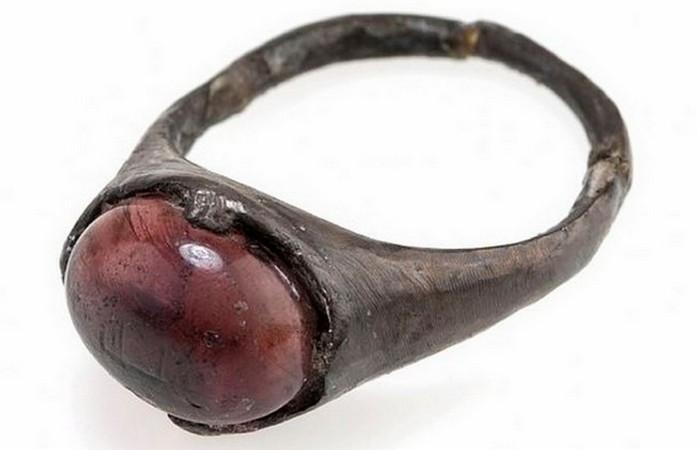 Кольцо с розово-фиолетовым самоцветом.Бирка.