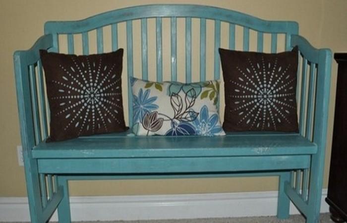Винтажный предмет: кроватка-скамейка.