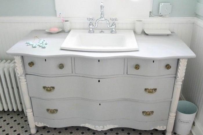 Винтажный предмет: старый комод, переделанный под ванную.