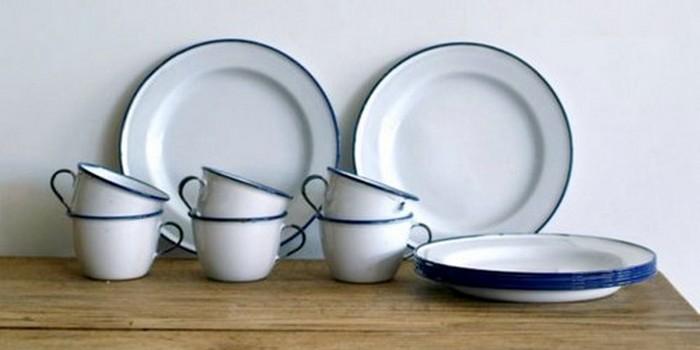 Винтажный предмет: белая эмалированная посуда.