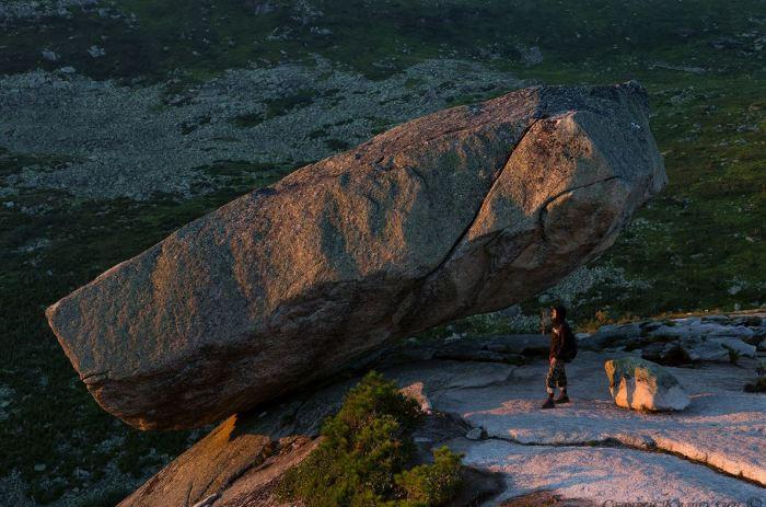 Висячие камни не падают. |Фото: mirtesen.ru.