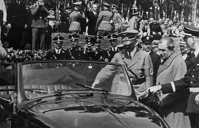Диктатор осматривает Volkswagen Beetle.