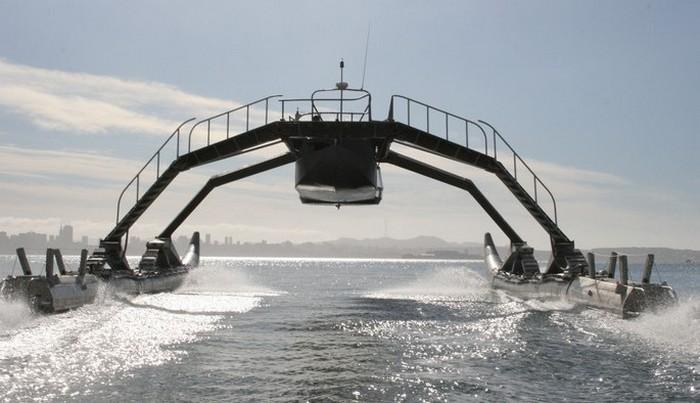 Уплывающий катамаран.