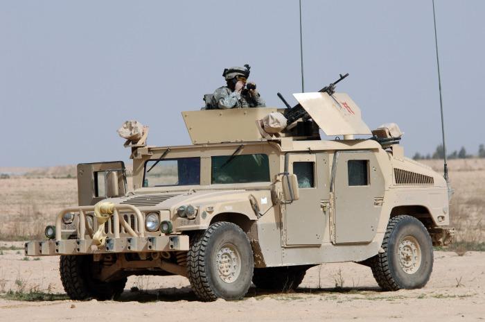 Армейский внедорожник Humvee.