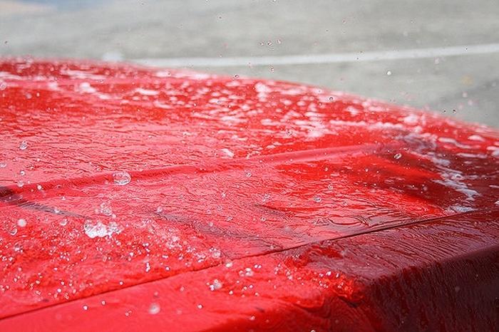 Сохранять поверхность авто мокрой.