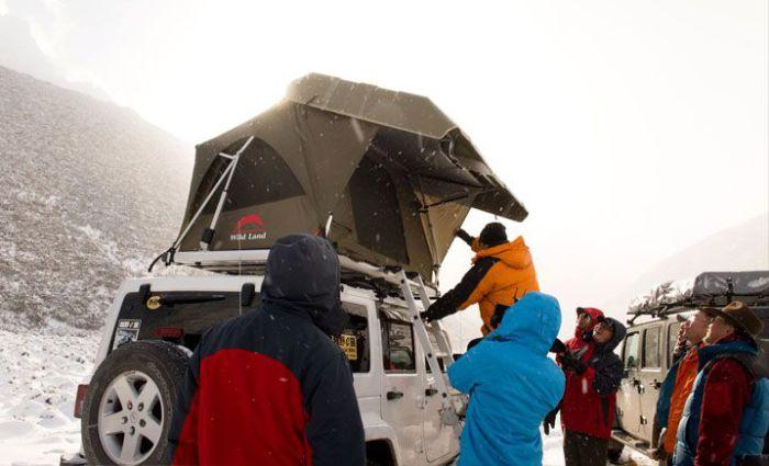 Палатка на крыше автомобиля.