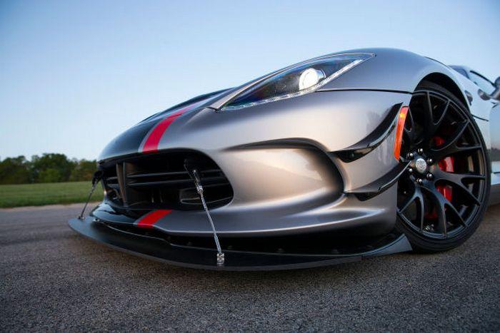 Dodge Viper ACR с пугающими фарами.