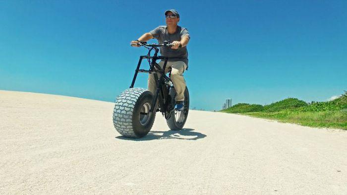 Велосипед-толстяк для езды по пляжу.