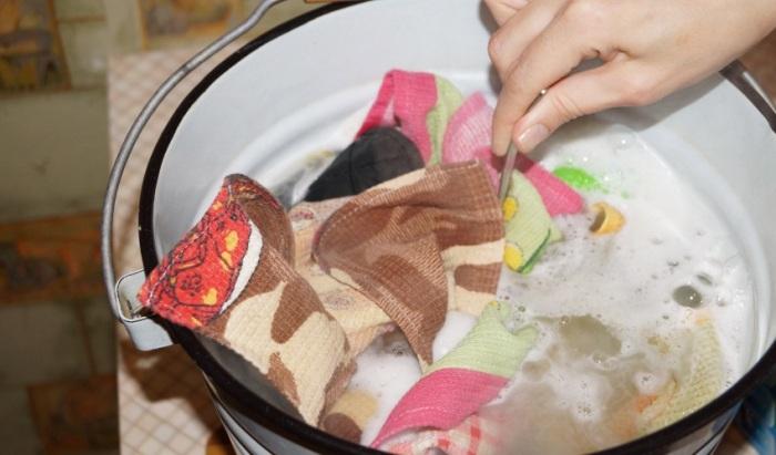Сначала грязные вещи нужно замочить. |Фото: dvorcy2011.ru.