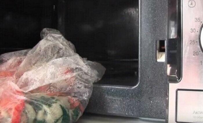 Выжимаем и кладем в пакет, затем в СВЧ на полную мощность. |Фото: postila.ru.