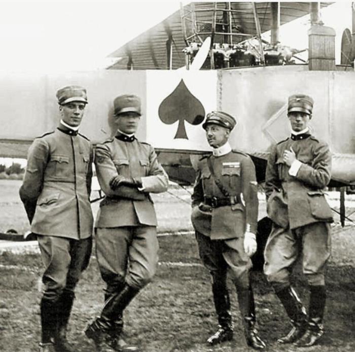 Особой популярностью данный фетиш пользовался среди летчиков.  Фото: travelask.ru.