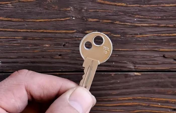 Для чего в некоторые ключах просверливают дополнительное отверстие