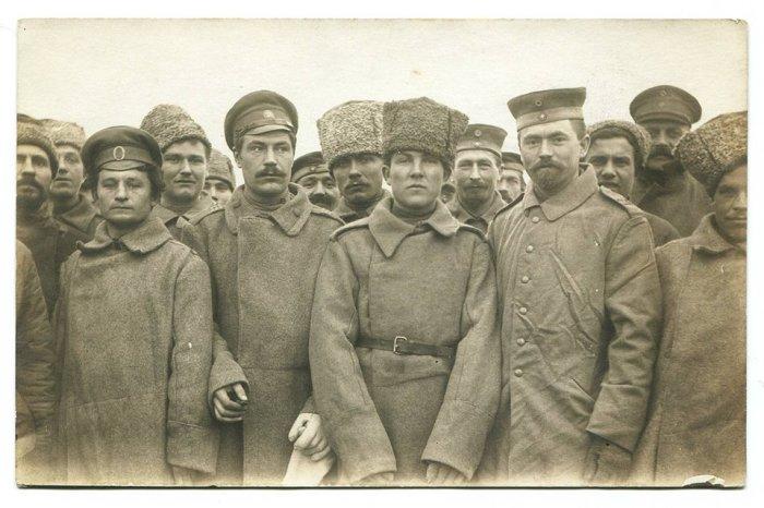 В Первую мировую войну папаху разрешили носить всем сухопутным частям. И да, это фото на Восточном фронте с немецкими солдатами. |Фото: smolbattle.ru.