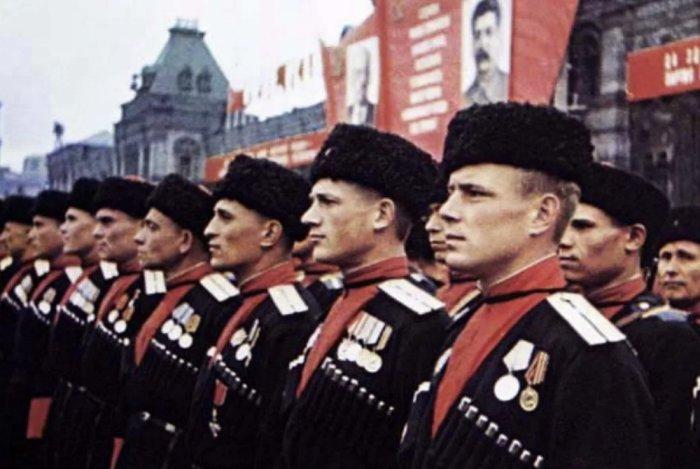 Советские казаки в папахах-кубанках на Параде победы в Москве в 1945 году. ¦Фото: yandex.ru.