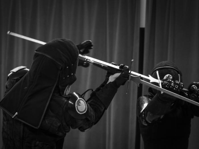И даже в шлемах для исторического фехтования. ¦Фото: vk.com.