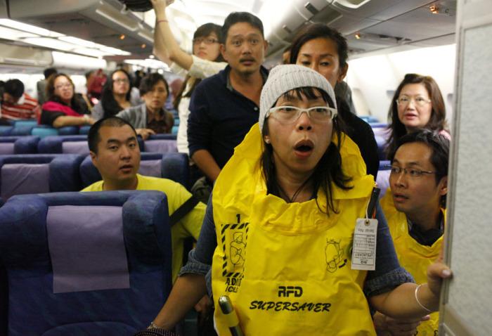 Чтобы на борту не было паники. |Фото: tsn.ua.