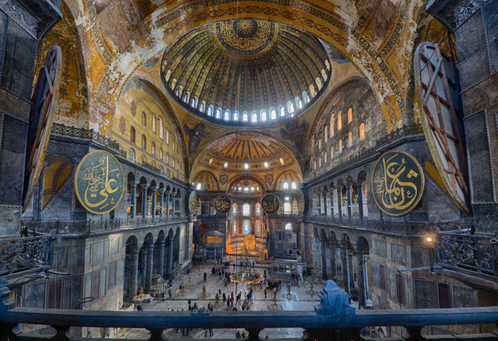 Сейчас София Константинопольская - музей. Ранее была мечетью. Еще раньше - христианским собором. С самого начала это была грандиозная постройка с роскошной отделкой внутри. |Фото: yandex.ru.