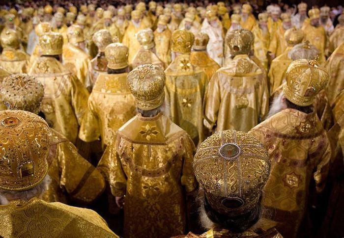 Золотые одежды и кресты - это вовсе не изобретение отечественных попов, а византийская традиция, закономерно досталась сначала Руси во время крещения, а затем и России. |Фото: ya.ru.