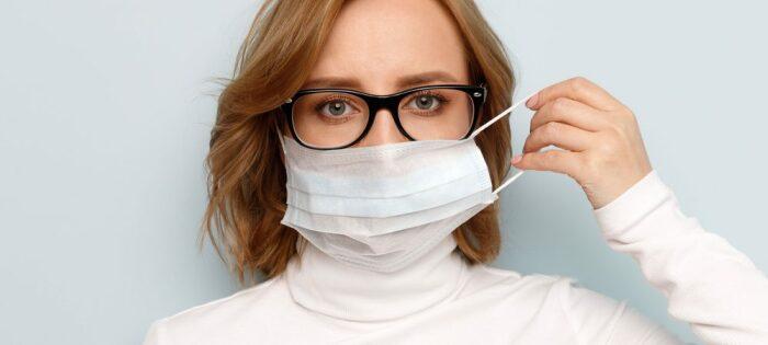Носить маску с очками весьма проблематично.  Фото: beloptika.by.