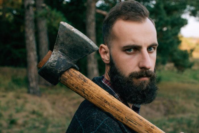 Лучше всего брать топор с бородкой. ¦Фото: admprom.ru.
