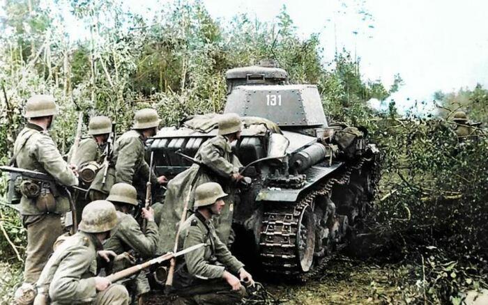 Коварные фашисты за танком. |Фото: vk.com.